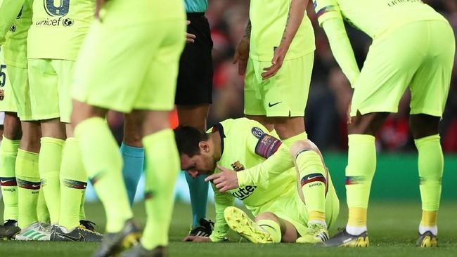 Mata dan hidung Lionel Messi sempat berdarah usai ditabrak Smalling dari belakang. Meski begitu insiden terbut tidak dianggap pelanggaran oleh wasit. (Action Images via Reuters/Lee Smith)