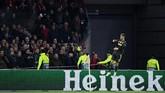 Suporter Ajax Amsterdam melempar penyerang Juventus Cristiano Ronaldo dengan gelas saat merayakan gol. Skuat Juventus juga menjadi korban lemparan gelas suporter Ajax saat merayakan gol Ronaldo. (REUTERS/Piroschka Van De Wouw)