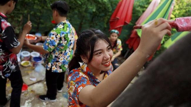 Selusin gajah menjadi atraksi utama dalam Festival Songkran di Ayutthaya, Thailand. (REUTERS/Soe Zeya Tun)