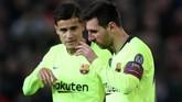 Winger Barcelona Philippe Coutinho melihat kondisi Lionel Messi yang berdarah pada bagian hidung dan kelopak mata. (Reuters/Lee Smith)