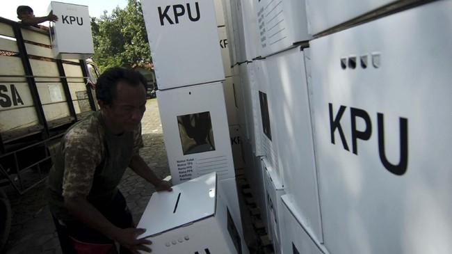 Pekerja melakukan bongkar muat kotak suara di KPU Kota Tegal, Jawa Tengah, Sabtu (6/4). KPU Kota Tegal menargetkan pada 10 April 2019 mendatang, seluruh logistik Pemilu serentak 17 April 2019 sudah selesai diterima dan selanjutnya akan didistribusikan ke tingkat kecamatan. (ANTARA FOTO/Oky Lukmansyah)