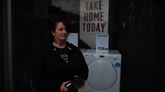 Kathleen Townley (49) berharap bisnis penyewaan DVD miliknya tetap bertahan jika Inggris memutuskan keluar dari Uni Eropa. (REUTERS/Clodagh Kilcoyne)