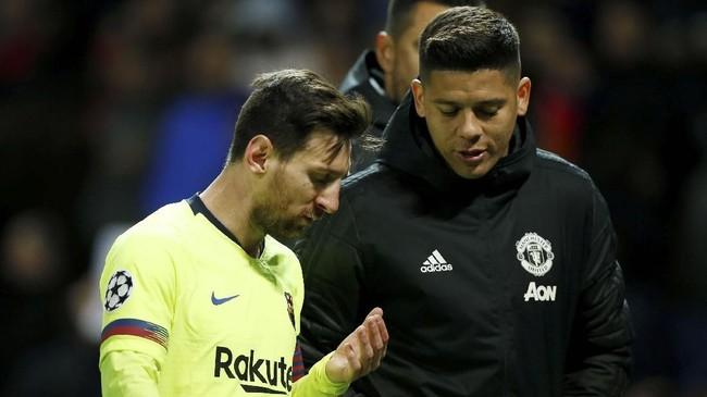 Pemain Manchester United asal Argentina Marcos Rojo berbicara dengan Lionel Messi usai pertandingan. Barcelona akan menjamu Man United pada leg kedua di Camp Nou, Selasa (16/4). (REUTERS/Andrew Yates)