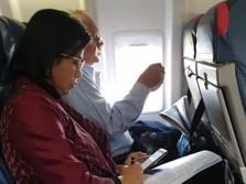 Di Pesawat Kelas Ekonomi, Sri Mulyani Masih Sempat Kerja