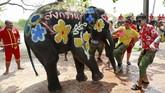 Kegiatan ini mengawali rangkaian Songkran, perayaan tahun baru umat Buddha yang tahun ini secara resmi dimulai pada 13 April. (REUTERS/Soe Zeya Tun)