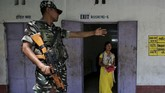 Penghitungan suara baru dilakukan pada 23 Mei mendatang. Pemungutan suara di India dilakukan menggunakan perangkat elektronik. (REUTERS/Rupak De Chowdhuri)