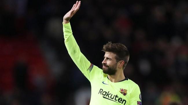 Tanpa ada tambahan gol yang tercipta di sisa laga, Barcelona hanya bisa menang 1-0 atas Man United. Bek Gerard Pique pun memberikan tepuk tangan kepada fan di Stadion Old Trafford.(Action Images via Reuters/Lee Smith)