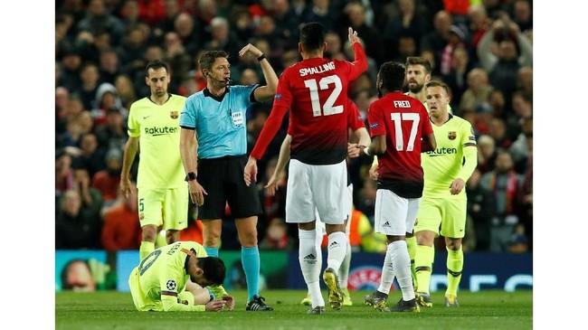 Di pertengahan babak pertama bintang Barcelona Lionel Messi terkapar di atas lapangansetelah berdueldengan bek Man United Chris Smalling.(REUTERS/Andrew Yates)