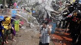 Festival Songkran tak dirayakan secara besar-besaran pada tahun ini, karena bertepatan denganpersiapan penobatan Raja Thailand. (REUTERS/Soe Zeya Tun)