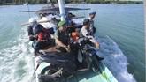 Anggota TNI-Polri mengawal pendistribusian logistik Pemilu 2019 ke Pulau Gili Genting di Perairan Sumenep, Jawa Timur, Rabu (10/4). Daftar Pemilih Tetap (DPT) di Kabupaten Sumenep sebanyak 872. 764 dan 4.315 Tempat Pemungutan Suara (TPS) yang tersebar di 27 kecamatan dan delapan di antaranya berada di kepulauan. (ANTARA FOTO/Saiful Bahri)