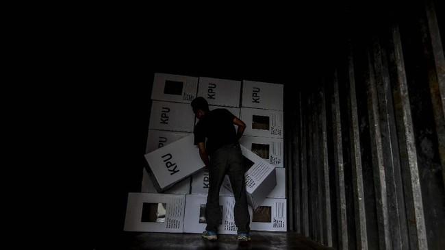 Petugas membawa kotak suara untuk didistribusikan ke kantor Panitia Pemilihan Kecamatan (PPK) di gudang KPU Kabupaten Ciamis, Jawa Barat, Kamis (4/4). KPU Kabupaten Ciamis mendistribusikan logistik pemilu ke 27 kantor PPK dengan jumlah DPT sebanyak 939.945 suara dan 4.362 TPS. (ANTARA FOTO/Adeng Bustomi)