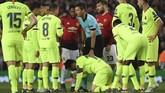 Wasit Nicola Rizzoli semula tidak menghentikan pertandingan. Wasit asal Italia itu kemudian menghentikan laga setelah melihat Lionel Messi. (LLUIS GENE/AFP)