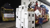 Pekerja memasukkan logistik pemilu ke truk sebelum didistribusikan di gudang logistik KPU Jember, Jawa Timur, Selasa (9/4). KPU Jember mulai mendistribusikan logistik Pemilu 2019 seperti kotak suara, surat suara, alat pencoblosan, tinta, dan aneka formulir, ke tingkat Panitia Pemilihan Kecamatan (PPK) di 31 kecamatan. (ANTARA FOTO/Seno)