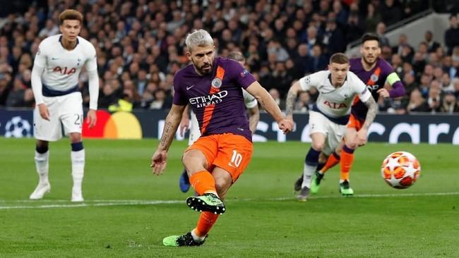 Penyerang Manchester City Sergio Aguero gagal mengeksekusi penalti di menit-menit awal pertandingan melawan Tottenham Hotspur setelah tendangannya diblok kiper Hugo Lloris. (Reuters/Paul Childs)