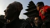 Selama festival di Bhaktapur, gambar Dewa Hindu Bhairawa dan rekan perempuannya Bhadrakali diletakkan dalam dua kereta besar dan ditarik ke alun-alun terbuka setelah ritual dan perayaan selesai. (AP Photo/Niranjan Shrestha)