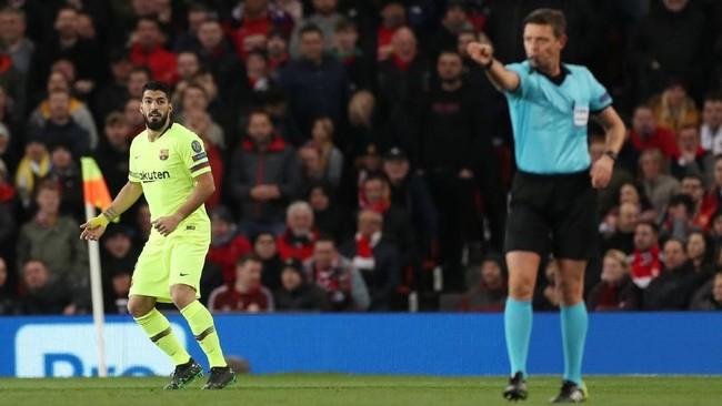 Barcelona diselamatkan VAR. Wasit Gianluca Rocchi mengesahkan gol Barcelona setelah sempat dianulir karena offside. Rocchi memutuskan untuk melihat VAR dan memastikan Suarez tidak offside saat menerima umpan Lionel Messi. (Reuters/Lee Smith)