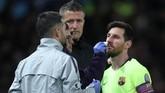 Lionel Messi mendapat perawatan dari tim medis Barcelona. Tidak berselang lama pemain asal Argentina itu bisa kembali melanjutkan permainan. (Action Images via Reuters/Lee Smith)