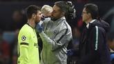 Lionel Messi mendapatkan perawatan tim medis Barcelona di pinggir lapangan. Pelatih Barcelona Ernesto Valverde mengatakan tim medis akan mengecek luka yang dialami Messi pekan ini dan berpeluang absen melawan Huesca. (Oli SCARFF / AFP)
