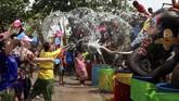 Warga lokal dan turis yang memegang senjata air dan kacamata pelindung terlibat dalam pesta jalanan yang serba basah. (REUTERS/Soe Zeya Tun)