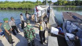 Anggota TNI-Polri berjaga saat pendistribusian logistik Pemilu 2019 di Pulau Gili Genting, Sumenep, Jawa Timur, Rabu (10/4). Daftar Pemilih Tetap (DPT) di Kabupaten Sumenep sebanyak 872.764 dan 4.315 Tempat Pemungutan Suara (TPS) yang tersebar di 27 kecamatan dan delapan di antaranya berada di kepulauan. (ANTARA FOTO/Saiful Bahri)