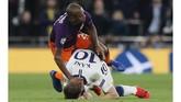 Penyerang Tottenham Hotspur Harry Kane (bawah) mendapat perlakuan buruk dari gelandang Manchester City Fernandinho. Kane yang sudah tersungkur di atas lapangan disikut Fernandinho di bagianbawah kepalanya.(AP Photo/Frank Augstein)