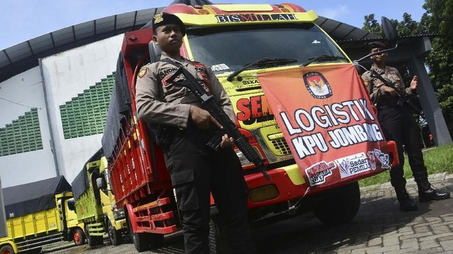 Personel kepolisian mengawal pendistribusian logistik Pemilu serentak 2019 di GOR Jombang, Jawa Timur, Rabu (10/4). Meski masih ada kekurangan sekitar 26 ribu surat suara, KPU Jombang mulai mendistribusikan logistik Pemilu serentak 2019 ke Panitia Pemilihan Kecamatan (PPK) hingga 14 April mendatang. (ANTARA FOTO/Syaiful Arif)