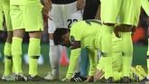Para pemain Barcelona melakukan protes kepada wasit Nicola Rizzoli untuk memberi Chris Smalling hukuman, tapi Rizzoli tak acuh. (LLUIS GENE / AFP)