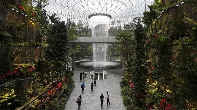 Air terjun setinggi 40 meter, Rain Vortex, yang merupakan air terjun di dalam ruangan tertinggi di dunia dalam Bandara Jewel Changi. (REUTERS/Feline Lim)