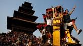 Bisket Jatra adalah festival tahunan yang biasanya diselenggarakan di Bhaktapur, Dhapasi Thimi, Tokha, dan beberapa tempat lain di Nepal. (REUTERS/Navesh Chitrakar)