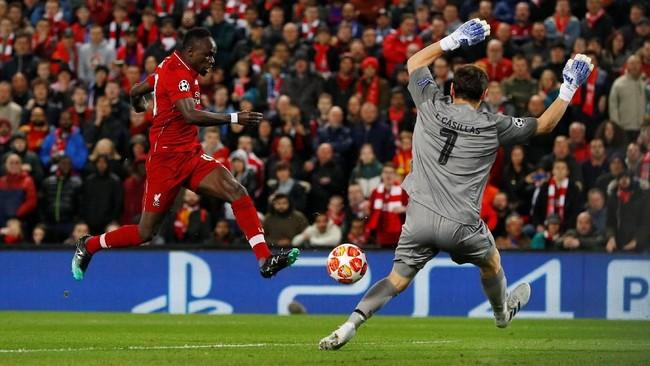 Gol Sadio Mane dianulir pada babak kedua Liverpool vs FC Porto. Keputusan itu membuat Liverpool hanya menang 2-0 atas Porto. (REUTERS/Phil Noble)