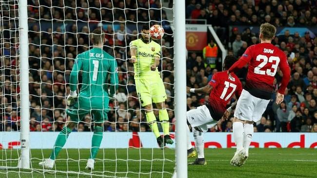 Barcelona unggul di menit ke-12 berkat gol bunuh diri Luke Shaw yang salah mengantisipasi sundulan penyerang Luis Suarez. (REUTERS/Andrew Yates)