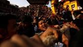 Cara perayaan bisa dibuat berbeda-beda, tergantung dari ritual masing-masing daerah. (REUTERS/Navesh Chitrakar)