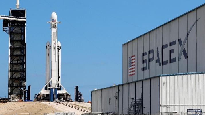 Angin Kencang, Roket Falcon Heavy Milik SpaceX Gagal Meluncur