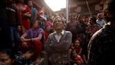 Orang banyak menonton Festival Biska Jatra di bawah kehangatan matahari dan dinginnya udara Nepal. (REUTERS/Navesh Chitrakar)