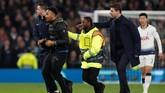 Manajer Tottenham Mauricio Pochettino (kanan) bersama petugas keamanan menghalau penyusup yang masuk ke lapangan dalam pertandingan melawan Man City.(Photo by Paul ELLIS / AFP)