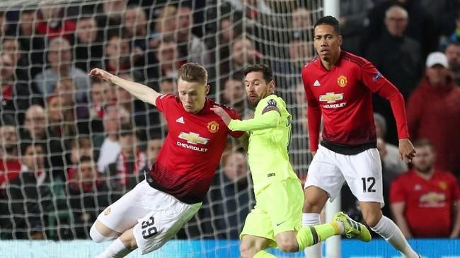 Chris Smalling (kanan) mendapat tugas menjaga Lionel Messi saat Manchester United menjamu Barcelona pada leg pertama perempat final Liga Champions di Stadion Old Trafford, Rabu (10/4) dini hari WIB. (Reuters/Lee Smith)