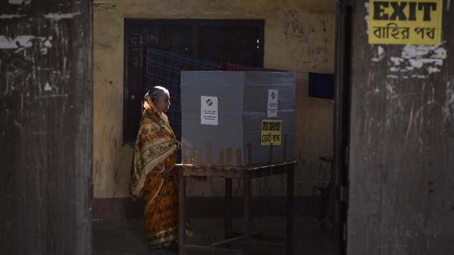 Dalam pemilu kali ini, warga memilih sekitar 545 orang dari 10 ribu kandidat dewan perwakilan (Lok Sabha). (Photo by DIPTENDU DUTTA / AFP)