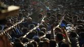 Orang-orang yang merayakan festival sibuk menarik tali yang terikat ke kereta Dewa Hindu Bhairawa dalam Festival Biska Jatra di Bhaktapur, Nepal. (AP Photo/Niranjan Shrestha)