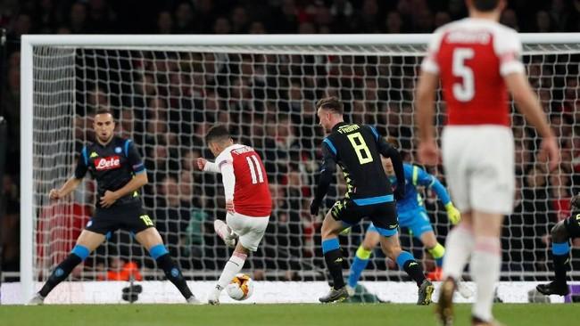 Lucas Torreira melepaskan tembakan yang berbuah gol kedua Arsenal. Bola yang mengenai Kalidou Koulibaly tidak dapat diantisipasi oleh kiper Il Partenopei Alex Meret. (Action Images via Reuters/Matthew Childs)