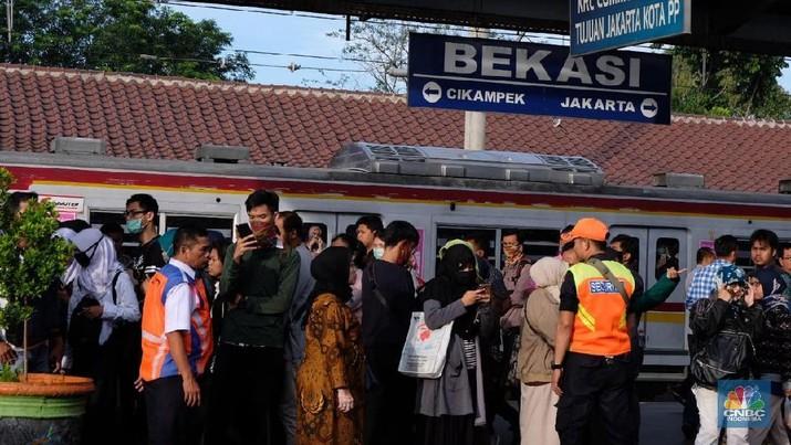 Ada Perubahan Jalur KRL, Penumpang Menumpuk di Stasiun Bekasi