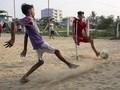 FOTO: Aksi Pesepakbola 'Satu Kaki' Tiru Lionel Messi