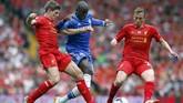 Kapten LiverpoolSteven Gerrard (kiri) terpelesetdanmembuat striker Chelsea Demba Ba membobol gawang The Reds. Laga itu pun berakhir 2-0 untuk Chelsea, sekaligus membuat Liverpoolgagal juara setelah disalip Manchester City.(REUTERS/Darren Staples)