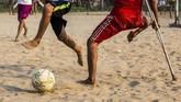 Bermodal kaki kiri yang tegap menginjak bumi, Kaung Khant Lin meniru sang idola Lionel Messi yang juga merupakan pemain kidal. (SAI AUNG MAIN / AFP)