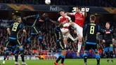 Duel udara melibatkan bek-bek dari kedua kesebelasan. Bek tengah Arsenal, Laurent Koscielny dan Sokratis Papastathopoulos, berhadapan dengan jenderal lapangan belakang Napoli Kalidou Koulibaly. (REUTERS/Eddie Keogh)