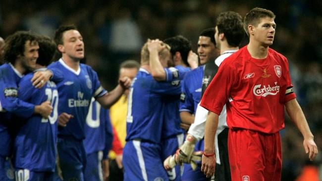Gelandang Liverpool StevenGerrard (kanan) mencetak gol bunuh diri menit ke-79 di final Piala Liga Inggris 2005. Gol itu membuat pertandingan imbang 1-1 dan dilanjutkan ke babak tambahan dan Liverpool kalah 1-3 dari Chelsea lewat dua gol tambahan Didier Drogba dan Mateja Kezman. (REUTERS/Ian Hodgson)