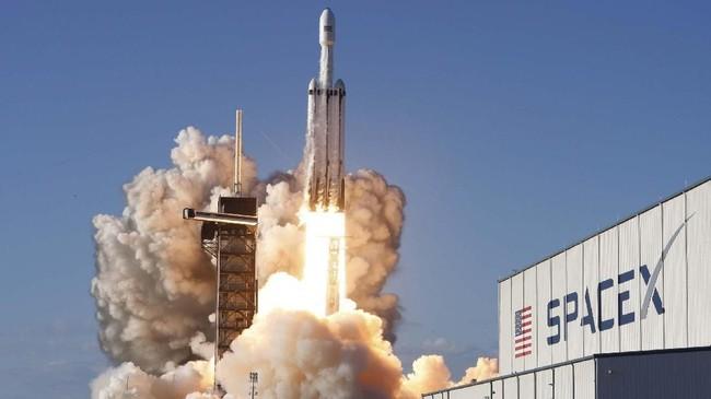 RoketFalcon Heavyakhirnya berhasil meluncur membawa satelit komunikasiArabsat-6Adari Kennedy Space Center, Cape Canaveral, Florida, AS pada Kamis (11/4). (REUTERS/Thom Baur)
