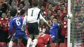 Chelsea kalah 0-1 di Anfield di leg kedua semifinal Liga Champions 2004/2005 berkat 'gol hantu' Luis Garcia di menit keempat. Bola sepakan Garcia jadi kontroversi karena di antara gol atau tidak. Meski sempat dihalau William gallas, namun wasit Lubos Michel mengesahkan gol itu. (REUTERS/Ian Hodgson)