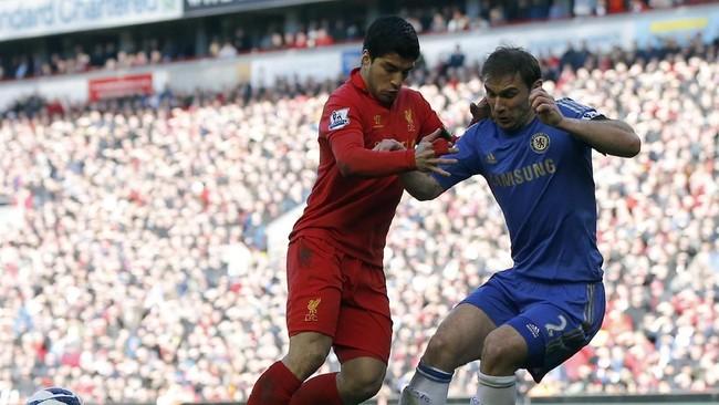 Momen striker Liverpool Luis Suarez (kiri) mengigit bek Chelsea Branislav Ivanovic terjadi di Liga Primer Inggris, 21 April 2013. Insiden itu terjadi saat Suarez gagal melewati adangan Ivanovic. Laga itu pun berakhir imbang 2-2 untuk kedua tim.(REUTERS/Phil Noble)
