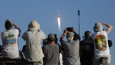 Sepuluh menit setelah peluncuran, kedua roket pendorong samping milik Falcon Heavy mendarat di dua titik pendaratan yang terdapat pada Stasiun Angkatan Udara Cape Canaveral, Florida, AS.(Photo by Gregg Newton / AFP)