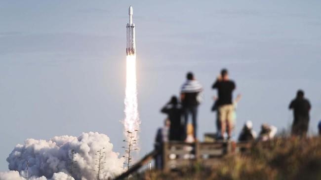 Peluncuran kali ini menandai misi komersial perdana roket besutan SpaceX tersebut. (Joe Raedle/Getty Images/AFP)